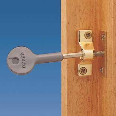 Yale® 8K118 Budget Wooden Window Lock - Brass - Pack 4)